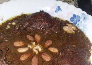 فسنجان طبخ شده با گردو و بادام